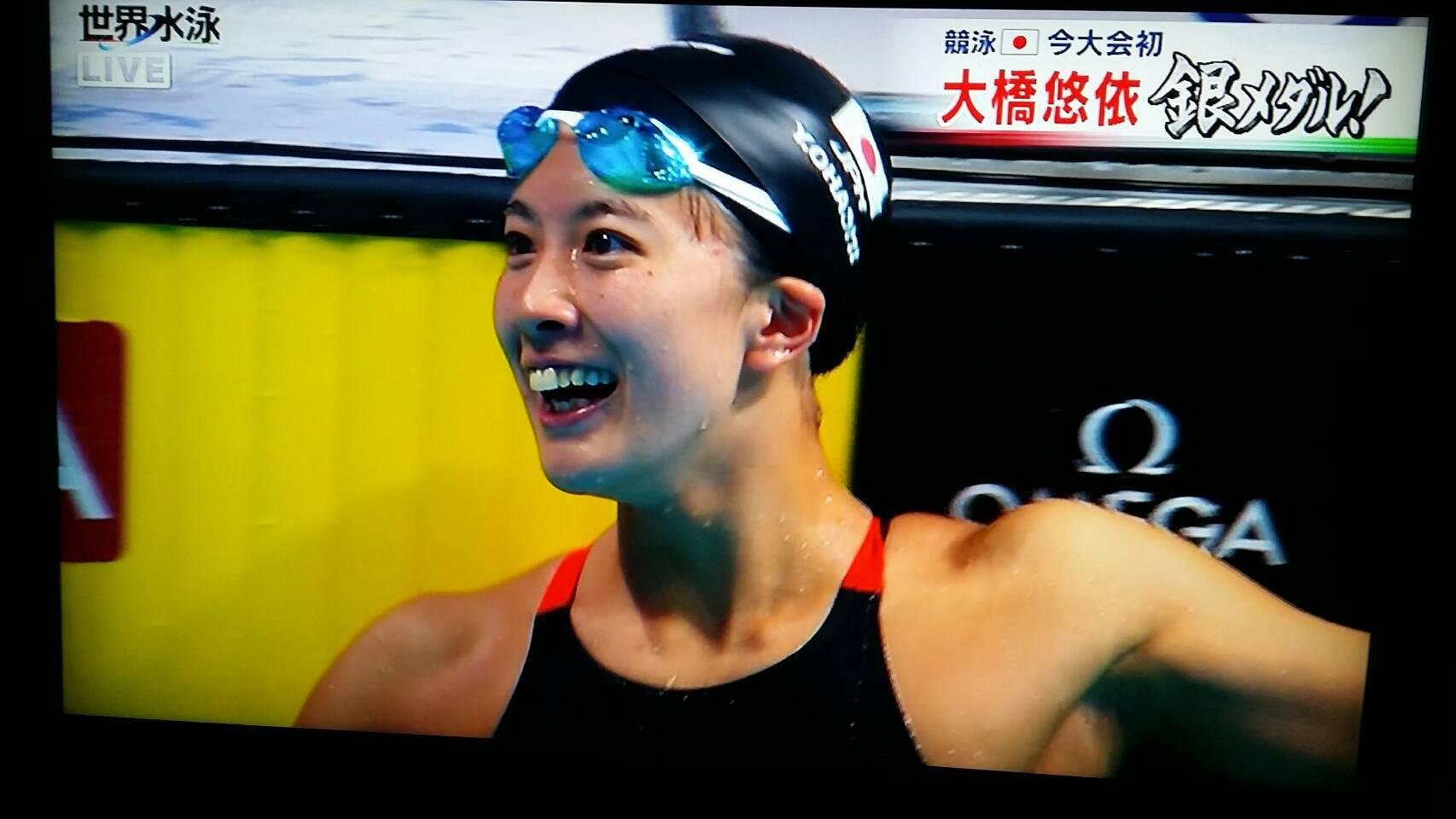 大橋悠依 最初のバタフライを3位で入ると、背泳ぎで2位に上がり、平泳ぎ、自由形でも順位をキープして日本勢初のメダルに輝きました。